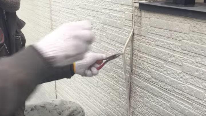 外壁のコーキングをラジオペンチで引っ張りだす
