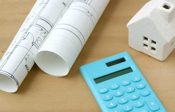 電卓と住宅の設計図